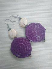 Orecchini pendenti leggeri di carta, metallo e pietre dure fatti a mano color violetto.
