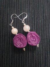 Orecchini pendenti piccoli e leggeri di carta, metallo e pietre dure fatti a mano color violetto.
