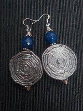 Orecchini pendenti leggeri di carta, metallo e pietre dure fatti a mano blu e argento