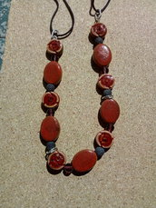 collana con perle di lava nera  e perle di ceramica