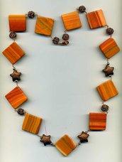 Collana con rombi in agata nocciola e stelline in bronzo