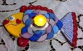 Pesce illumina la tavola di ceramica coloratissimo manufatto con squame in rilievo e piccole incisioni