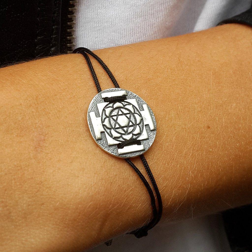 Bracciale di corda con pendente charm in argento Lakshmi Yantra, fatto a mano