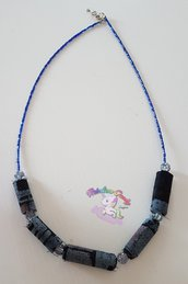collana in stoffa blu e perle