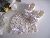 Set coordinato cappellino scarpine neonata uncinetto cotone avorio / fiocco raso bianco