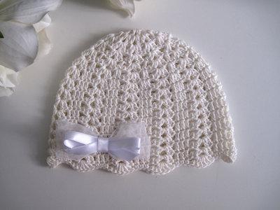 Cappellino neonata uncinetto cotone avorio / fiocco raso bianco