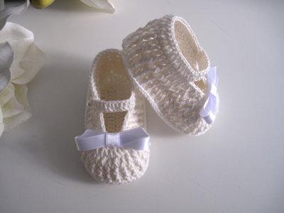 Scarpine neonata uncinetto cotone avorio / fiocco raso bianco