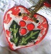 Cuori di ceramica colorati con decorazioni in bassorilievo su entrambi lati decori per albero di natale