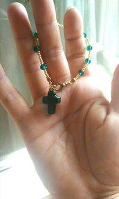 Braccialetto corona di rosario rocailles dorate cristalli e piccolo crocifisso in vetro di Murano