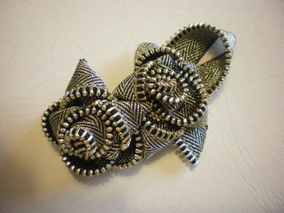 Golden zipper double flower brooch