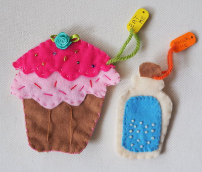 Alice in Wonderland SET.2Pezzi in feltro.Cupcake/Bottiglia veleno.Ricamati(perle,fiori,ciondolo in legno)-Spille,gioco,regalo.Soprammobile