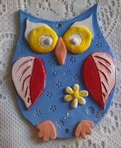Gufo da appendere di ceramica, con applicazioni in bassorilievo manufatto decorato a mano