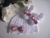 Set coordinato cappellino scarpine neonata uncinetto cotone bianco / raso rosa antico