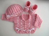 Coordinato golfino maglioncino cappellino scarpine neonata uncinetto color rosa raso bianco lana merino fatto a mano idea regalo corredino nascita battesimo cerimonia handmade crochet