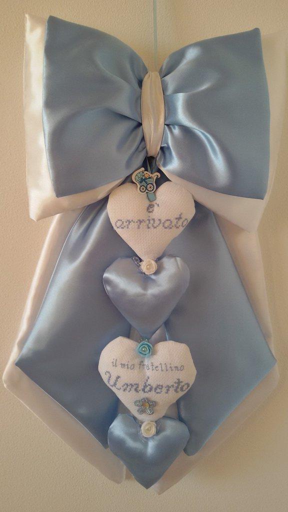 Fiocco nascita azzurro con cuori ricamato a punto croce