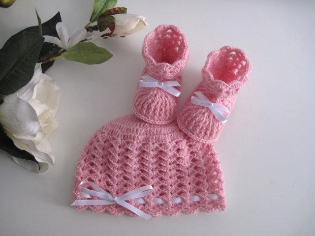 Coordinato cappellino scarpine neonata uncinetto lana merino color rosa fiocco bianco fatto a mano idea regalo corredino nascita battesimo cerimonia handmade crochet