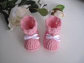 Scarpine scarpette stivaletti neonata uncinetto color rosa fiocco bianco fatte a mano lana merino idea regalo corredino nascita cerimonia battesimo handmade crochet