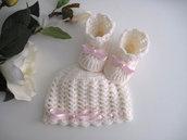 Set coordinato cappellino scarpine neonata uncinetto color panna fiocco rosa tenue fatto a mano idea regalo corredino nascita cerimonia battesimo lana handmade crochet