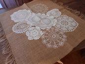 Centrotavola in tela juta con centrini crochet.