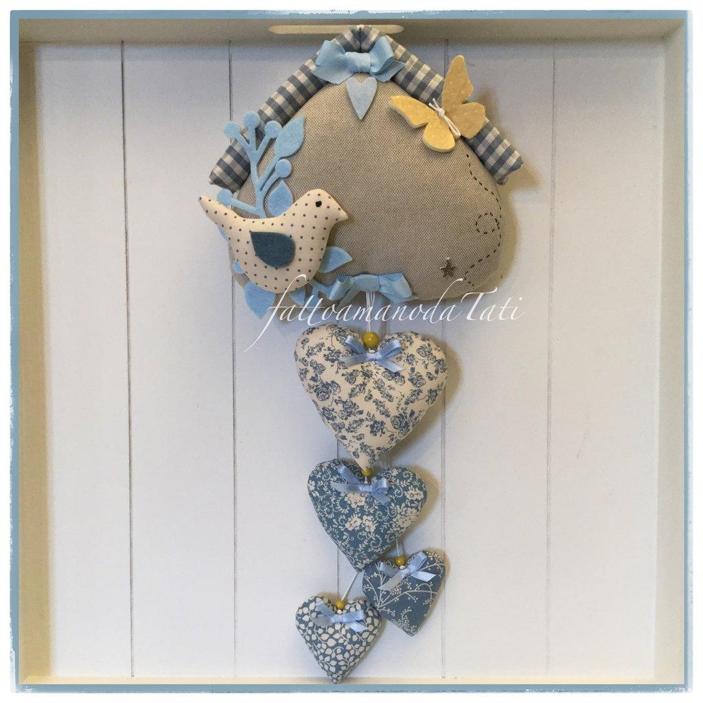 Fiocco nascita casetta in cotone ecrù con 4 cuori e un uccellino sui toni azzurro blu