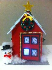 casetta in feltro rosso con tetto bianco