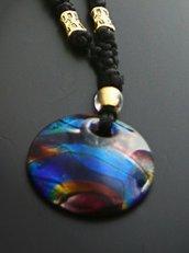 Collana lunga con nodi e pendente in vetro blu