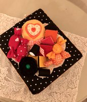 Scatola di latta rivestita di feltro, decorata con caramelle di feltro