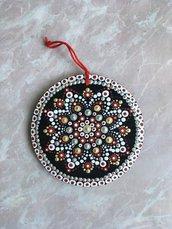 Decorazioni natalizie di legno dipinte con mandala