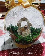 Sfera natalizia con presepe interno effetto ghiaccio esterno