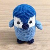 Pinguino cucciolo blu e azzurro amigurumi, fatto a mano all'uncinetto