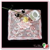 Centrino rosa antico con rosa lavorato a filet all'uncinetto