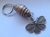 Portachiavi con perla di cartone e farfalla di metallo fatto a mano