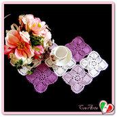 Centrino rettangolare bianco e violetto filet all'uncinetto