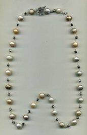 Collana lunga con grandi perle cangianti