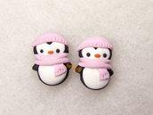 Orecchini a lobo pinguino con sciarpa e cuffia rosa idea regalo natale fimo perno acciaio