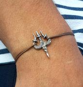 Bracciale di corda con pendente charm in argento Trishula, fatto a mano