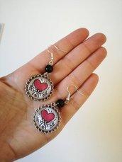 Haring orecchini pendenti con ciondolo cammeo acciaio e immagine in bianco e nero con cuore rosso
