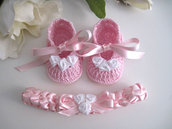 Set coordinato scarpine fascetta neonata uncinetto rosa / rose bianche raso fatto a mano handmade battesimo cerimonia nascita