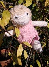 Sheep-Pecora in lana realizzato a maglia.Imbottitura in kapok.Abito rosa in pura lana incluso