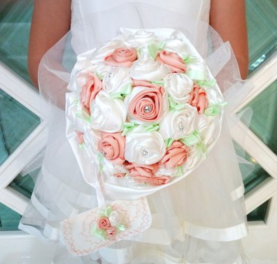 Bouquet da sposa con rose in raso particolare