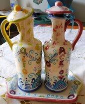 2 coppia di contenitori per olio e aceto con tappo e vassoio separato di ceramica dipinto a mano in rosso e blu