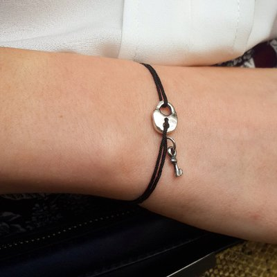 Bracciale di corda con pendente charm in argento Chiave con lucchetto, fatto a mano
