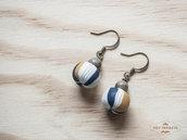 Orecchini pendenti blu e senape con perle in legno