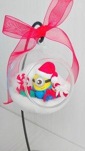 Minion natalizio in sfera di vetro appesa