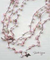 collana crochet a tre fili con quarzo rosa e perle in vetro