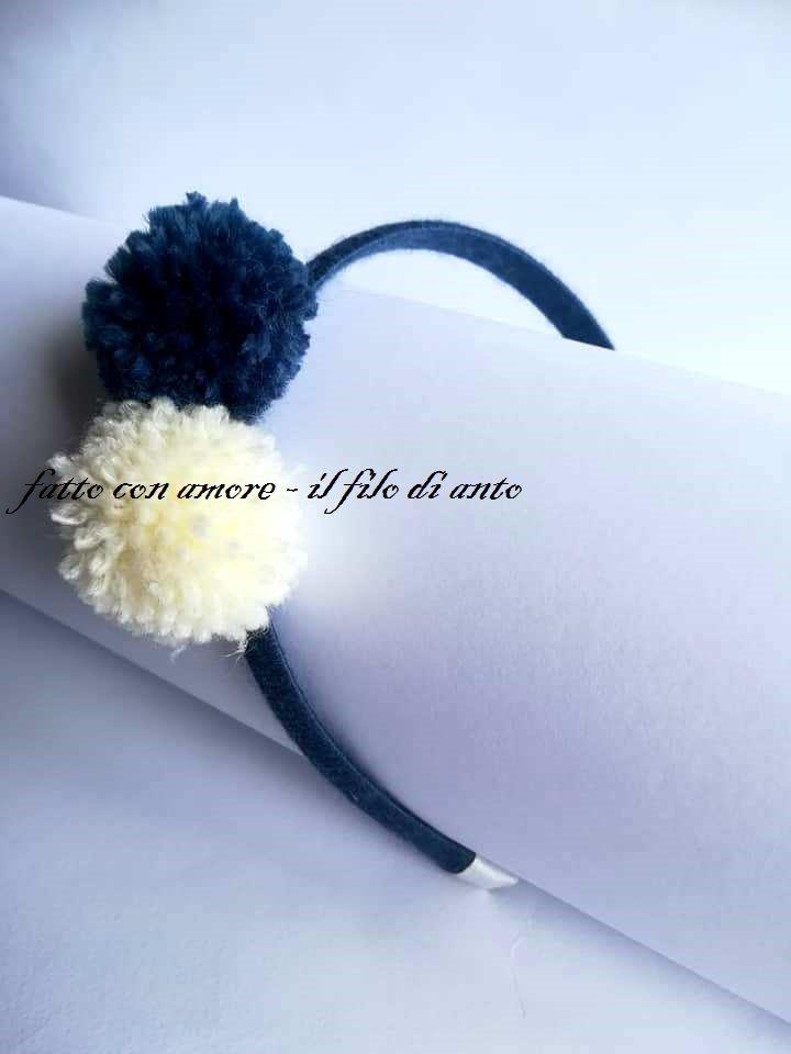 Cerchietto rivestito a mano in lana con pom pom bianco e blu