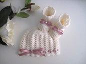 Coordinato neonata color panna fiocco rosa antico cappellino scarpine fatto a mano idea regalo corredino nascita cerimonia battesimo lana handmade uncinetto