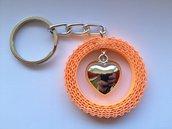 Portachiavi di cartoncino ondulato arancione con cuore di metallo