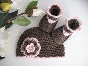 Set coordinato neonata cioccolato / rosa cappellino scarpine fatto a mano lana nascita uncinetto
