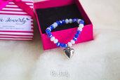 Bracciale elasticizzato con i cristalli  sulle tonalità bianco e blu. Con charm a cuore.